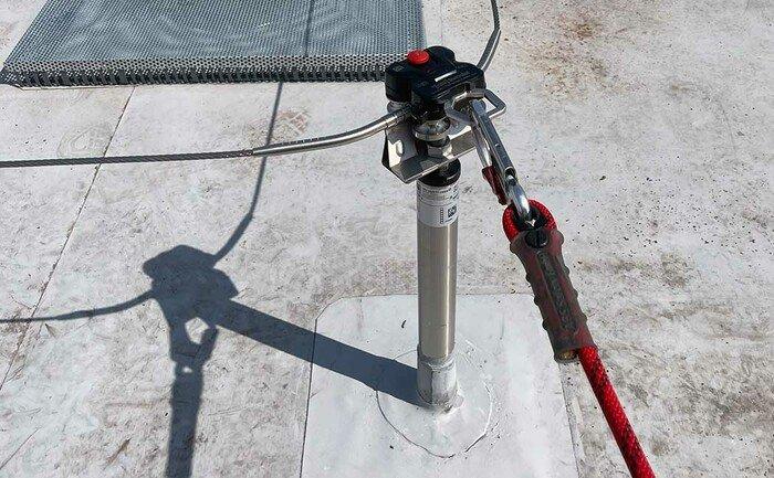 Ein ABS QuattroRoll Gleiter überfahrt eine Kurve eines Seilsicherungssystems.