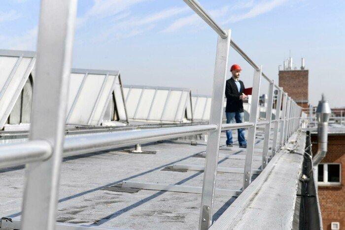 Afbeelding van een dakrandbeveiliging op een bitumen dak