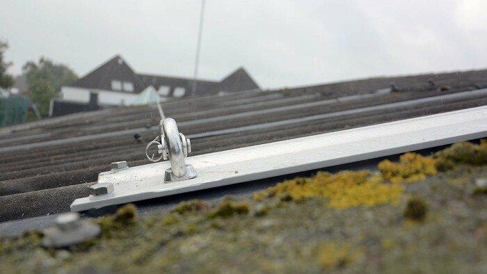Photo d'un point d'ancrage intégré aux plaques ondulées du toit