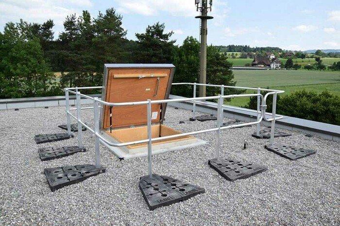 Afbeelding van een dakrandbeveiliging op een plat dak met grind