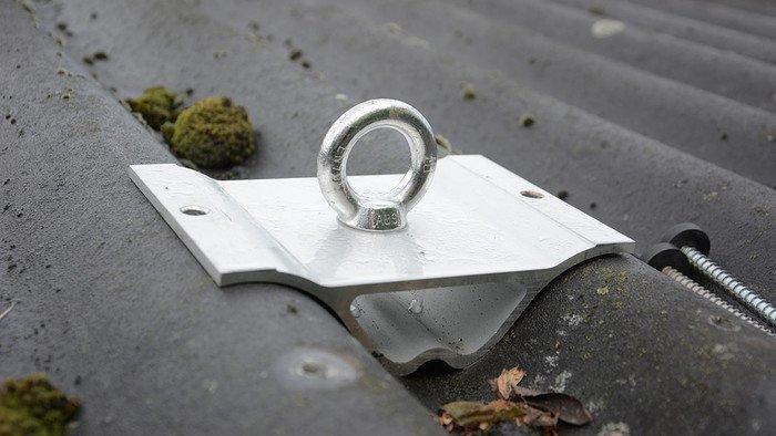 Photo d'un point d'ancrage monté sur le toit à plaques ondulées