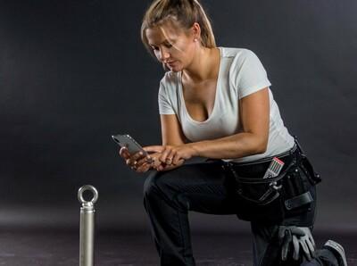 Dachdeckerin dokumentiert eine Montage per Smartphone