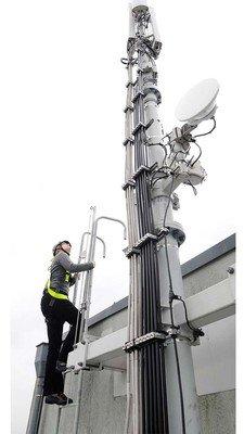 Einsatzfoto einer jungen Frau, die auf einer Steigleiter gegen Absturz gesichert ist.