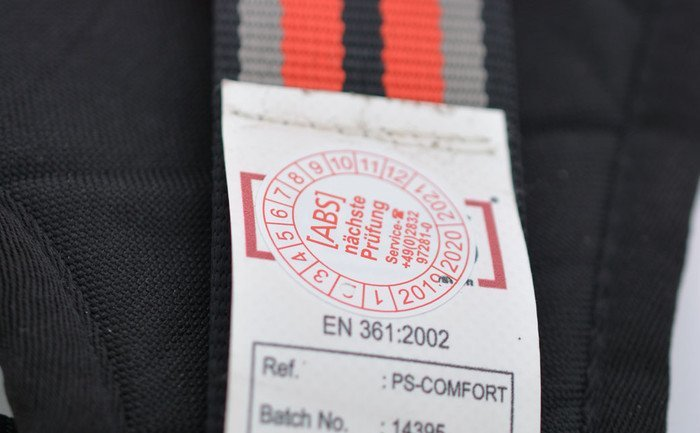 Detailed image showing the special label certifying that our ABS Comfort safety harness has been tested in line with the provisions