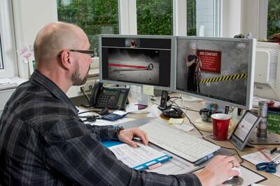 Foto eines Webinar-Teilnehmers vor seinem Monitor