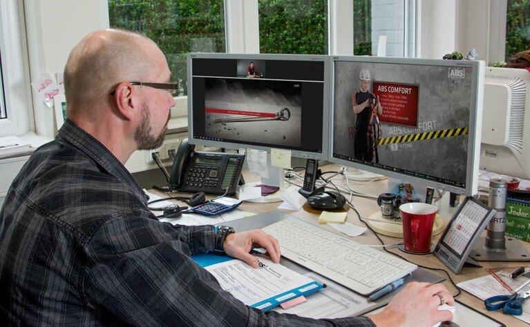 Kursteilnehmer nimmt am ABS Webinar vom Büro-PC aus teil