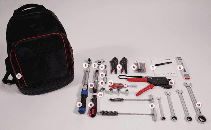 Foto mit Werkzeugsatz für Monteure von Seilsicherungssystemen und Anschlageinrichtungen
