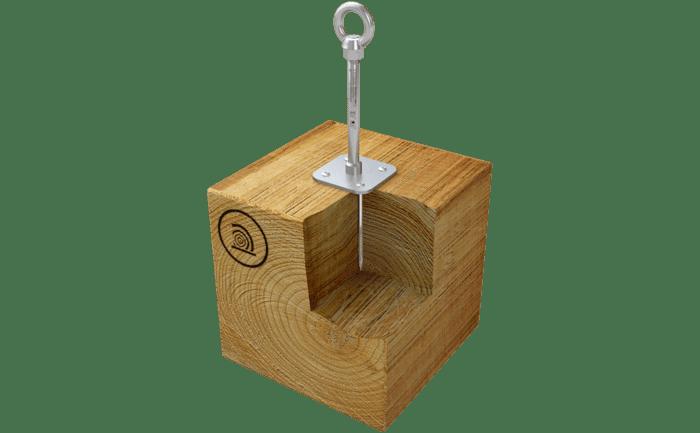 Illustration d'un point d'ancrage en acier inoxydable avec embase, vissé sur une infrastructure en bois
