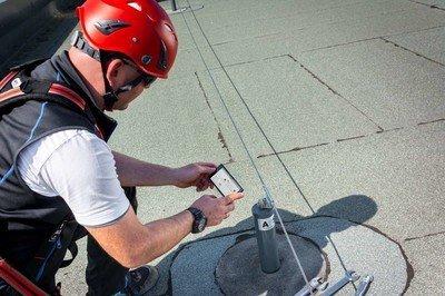 Foto eines Wartungstechnikers bei der digitalen Montagedokumentation.