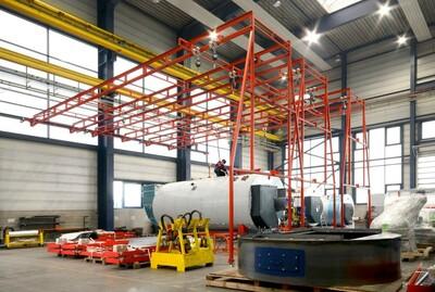 Das Bild zeigt eine Industriehalle mit einem gegen Absturz gesicherten Techniker auf einer großen Maschine.