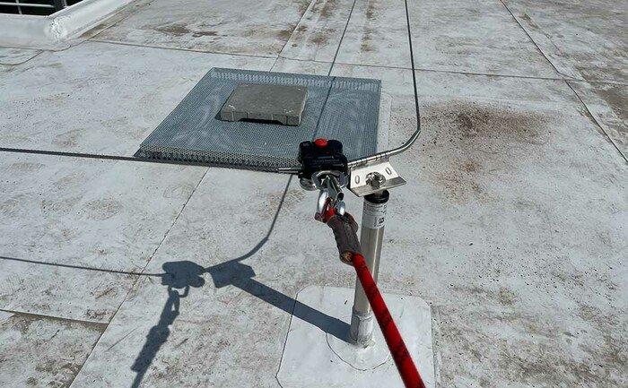Ein ABS QuattroRoll Gleiter auf einem überfahrbaren Seilsicherungssystem