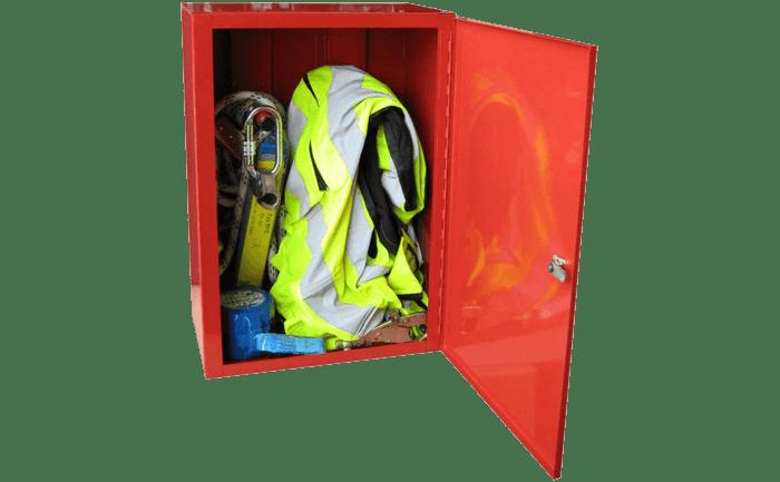 Foto eines eingeräumten Schranks für persönliche Schutzausrüstung gegen Absturz.