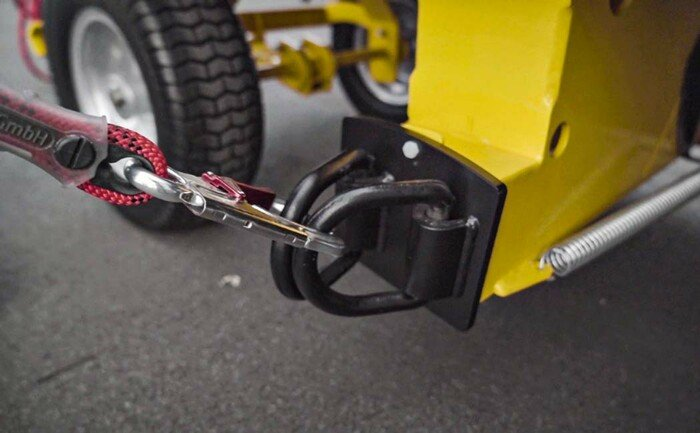 Detail van de aanlijnwagen ABS SafetyBull met aangelijnde koppeling