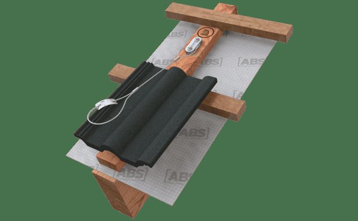 Illustration d'une boucle en acier vissée sur une poutre du toit et sur laquelle l'EPI antichute du couvreur peut être amarrée